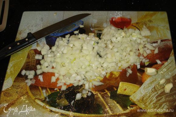 нарезаем лук и мясо кубиками