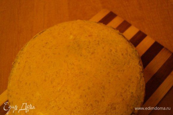 Собрать торт, смазывая каждый слой кремом. Верх и бока торта также смазать кремом, разровнять. Поставить в холодильник на 1 час для застывания крема. В принципе, верх торта можно залить шоколадной помадкой, бока обсыпать молотыми орешками и торт готов. Но я украсила торт более нарядно – шоколадной и белой мастикой и украшениями из нее.