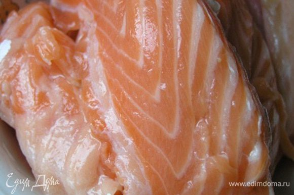 Филе лосося вымыть, обсушить бумажным полотенцем, нарезать крупными кубиками.