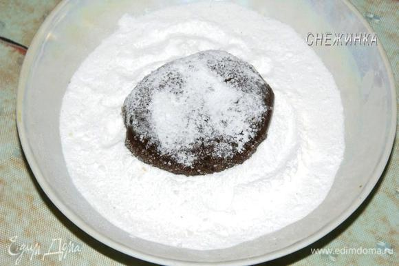 А затем – в сахарной пудре. Благодаря этому у печенья получится незатейливый интересный узор