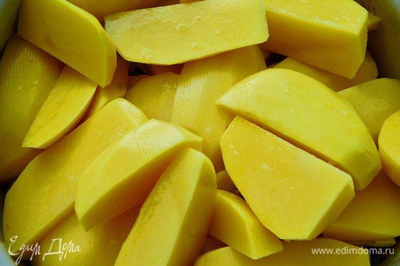 Картофель очистить и нарезать на 4 части.Посолить картофель,перемешать и выложить на овощи.