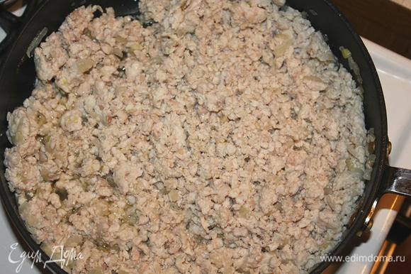 На сковороде обжариваем лук около 4-5 минут. Добавляем фарш (или итальянскую колбаску), обжариваем ещё минут 15 до готовности фарша (колбаску обжариваем меньше по времени, до золотистой корочки). После того как фарш готов, смешиваем его с макаронами.