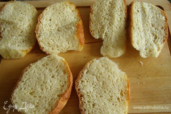 Делаем бутерброды)) Можно приготовить пластины из слоеного теста, можно поджарить батон, у меня же в дому был только домашний сербский хлеб, приготовленный по рецепту Дианы http://www.edimdoma.ru/recipes/31021. Лепешки я разрезала пополам
