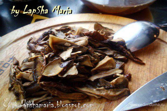 Разбухшие и мягкие грибы нарезать небольшими продольными полосками. Курицу достать из бульона и отложить в сторонку. Процедить грибной настой и куриный бульоны, смешать их вместе и добавить перловку, варить на среднем огне 20 минут.