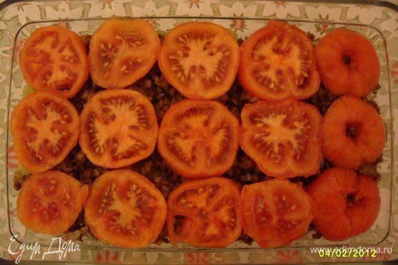 Снять с помидоров кожицу, нарезать кольцами и выложить на мясной фарш (3-й слой).