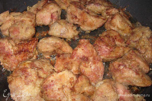 Для начинки: моем куриную печень, очищаем от пленок и жарим. Снимаем с огня, остужаем.