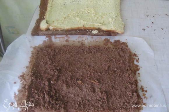 Испечь 2 бисквита (белый и коричневый) в прямоугольной форме (у меня размером в стандартный лист А4). Для этого надо 5 яиц взбить с 1 ст. сахара до увеличения массы в 2-3 раза, потом добавить 1 ст. муки. Форму застелить пергаментом и выпекать бисквит до чистой зубочистки (минут 30 при 180 гр.) Второй бисквит замешиваем так же только добавляем 3 ст. л. какао.