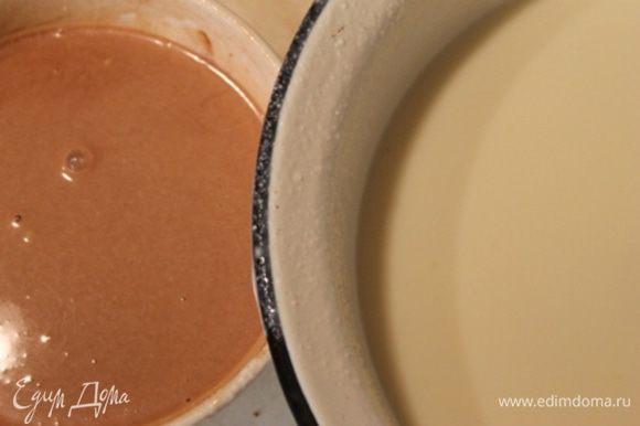 Пока клубничное пюре в морозилке, займемся другими слоями. Тонкой струйкой, при постоянном помешивании влейте молоко,с растворенным в нем желатином, во взбитую с сахаром и лимонным соком сметану. И снова взбиваем. Отделите 1/4 часть молочно-сметанной массы и добавьте какао ( у меня детское какао).