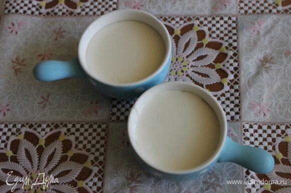 Теперь достаем клубничное пюре из морозилки, заливаем белой молочной смесью, и снова в морозилку на 10 минут.