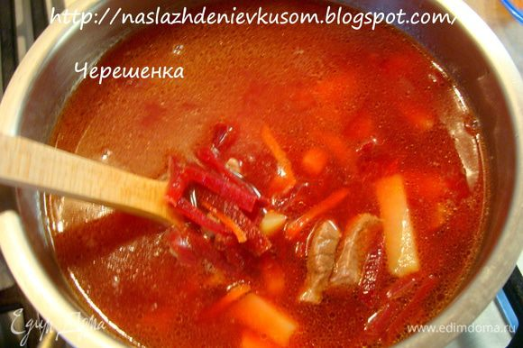 После того как мясо сварилось, добавить в бульон картофель и варить 15 минут. После этого посолить, поперчить (если супчик не будут кушать детки) и добавить наши тушеные овощи. Довести суп до кипения и дать настояться минут 15-20.