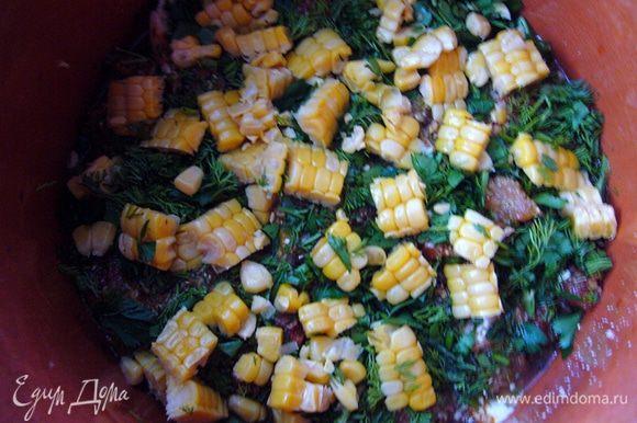 Зелень мелко рубим, у кукурузы срезаем продольно полосками зёрна, режем на кубики со стороной 2 см. Выкладываем в горшочек зелень и кукурузу. Количество кукурузы варьируем по желанию. Я положила больше, чем на фото. Для тех, кто не любит кукурузу (к таким относится мой муж), подготовим отдельный горшочек со слоем картофеля и без кукурузы:)