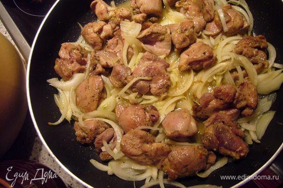 Порезать лук пополам и перьями вдоль. Разогреть хорошо оливковое масло и обжарить на нём пару зубчиков чеснока до румяности. Чеснок убрать. В ароматном масле обжарить индейку по 5 мин с двух сторон до золотистой корочки, добавить лук и обжаривать ещё пару минут, влить вино, перемешать мясо и пару минут ещё подержать на среднем жару. Горячее мясо разложить по подготовленным горшочкам. Порционных взять 5 штук. У меня был 1 большой (на 3 литра) и 1 порционный. Горшочки накрыть крышками.