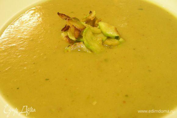 Разливаем суп по тарелкам, в каждую выкладываем соломку из цукини и подаем. Можно подавать его и холодным, но я так пока не пробовала. Приятного аппетита))