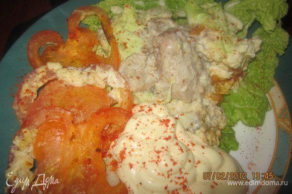 Подаем с чем душе угодно - с рисом, картофельным пюре или пастой.Для себя я на гарнир выложила печеные помидорки,а для мужа на ужин - макароны.Приятного аппетита!