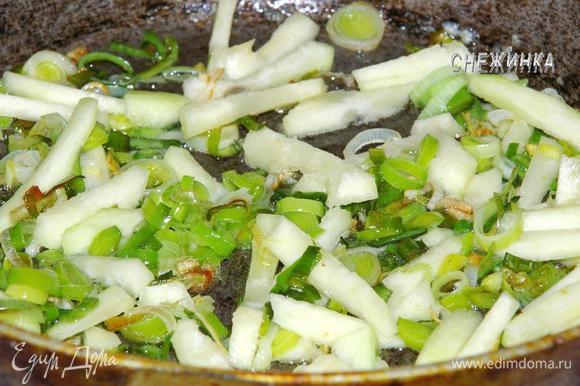 Когда лук потомится, добавляем кабачок, присаливаем и тушим до мягкости.