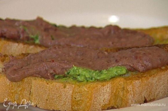 Намазать тосты соусом песто и фасолевым дипом, присыпать оставшимися орехами и украсить листьями базилика.