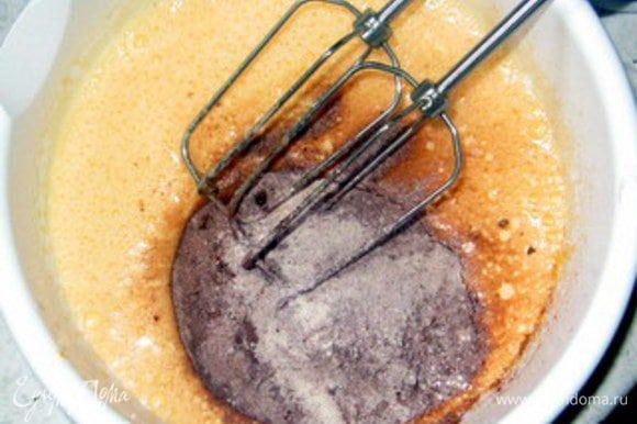 Добавить во взбитые яйца муку, крахмал и какао.