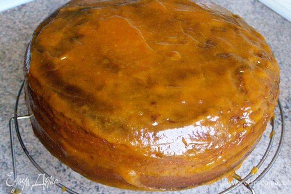 Протертым конфитюром покроем весь торт и оставим часа на три, чтобы конфитюр схватился корочкой