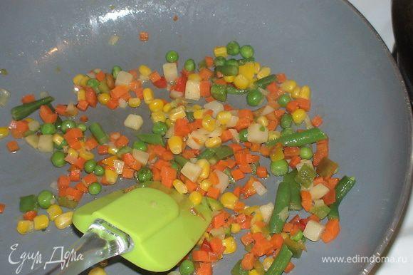 Горсть замороженных овощей обжариваем на сливочном масле.
