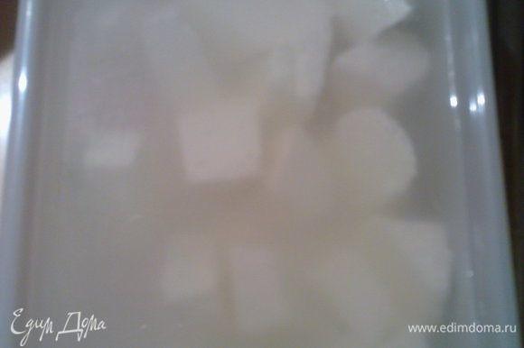 Сыр фета порезать кубиками и замочитьв воде на 5 минут.