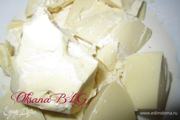 Шоколад поломать, залить половиной сливок. В кастрюле вскипятить воду, снять с огня. Поставить на кастрюлю миску с шоколадом и сливками, оставить на 20-30 минут, не мешать, дать шоколаду растопится.
