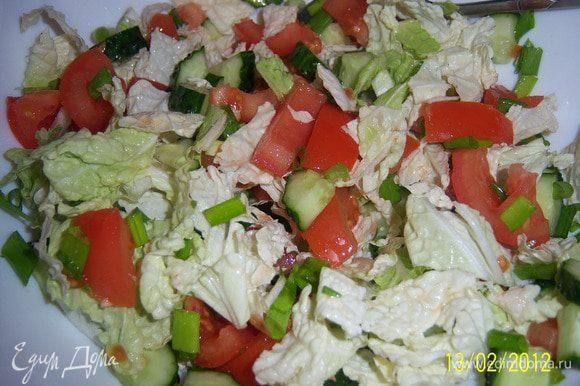 помидор, огурец, лук, салат пекин-й, нарезать, добавить щепотку соли и перемешать