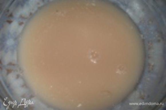 Отварить картофель, затем его помять и сделать картофельное пюре. Растворить дрожжи в картофельном отваре с сахаром и поставить в теплое место, чтобы дрожжи подошли.