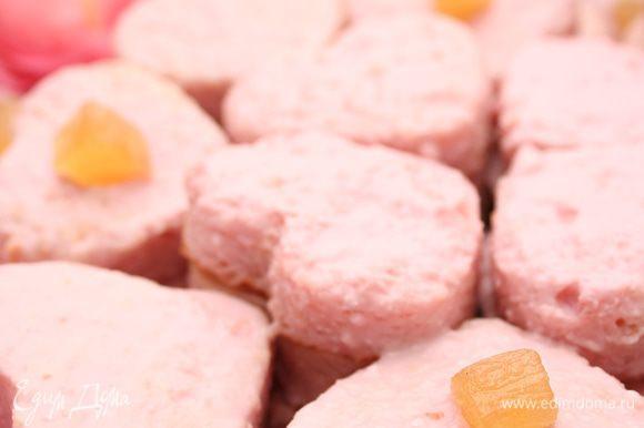 Через некоторое время, когда пропитка впитается в бисквит, верхние сердечки еще раз смазать йогуртом, чтобы добавить розового цвета. Я украсила сахарными ананасами :)