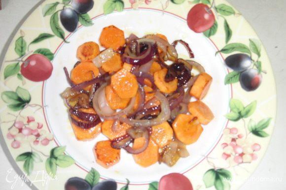 Лук и морковь почистить,порезать колечками и обжарить на масле (олив+слив).