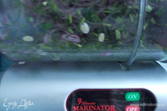 красный лук нарезать тонкими кольцами, добавить зелень укропа и петрушки, добавить немножко лимонного сока/уксуса/ и оставить на 30 минут в холоде