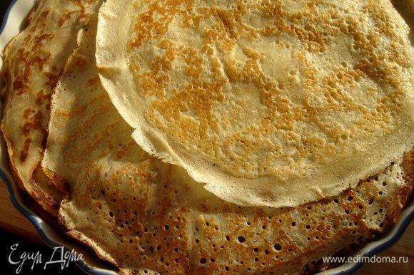 Завернуть концы блинов наверх,на третью начинку.Закрыть пирог 3-4 блинами.