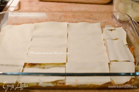 Сверху опять слой листов,затем рагу,бешамель и пекорино. Продолжать до тех пор,пока все листы не закончатся.Последний слой лазаньи должен быть слой из пекорино.