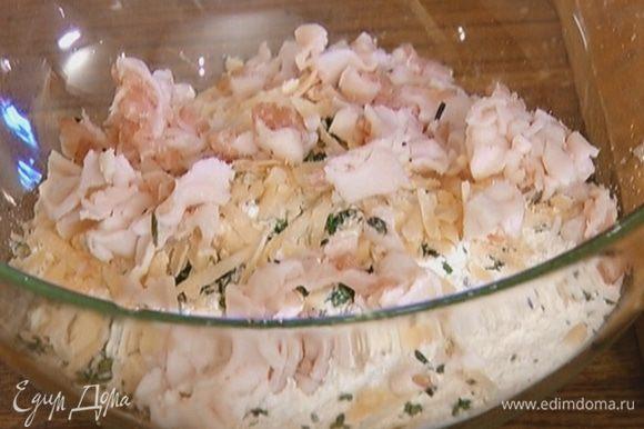 Добавить к муке сало, натертый сыр и листья тимьяна, поперчить и перемешать.