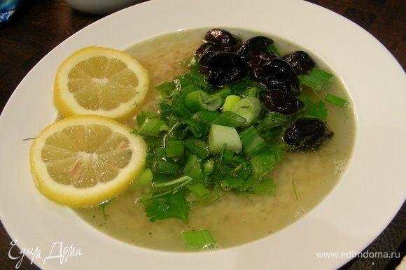 Хорошенько разогреваем бульон. Выкладываем рис в тарелки, заливаем его бульоном. Добавляем зелень, маслины, лимон, сметану по вкусу (я не стала) и подаем сразу же. Приятного аппетита))