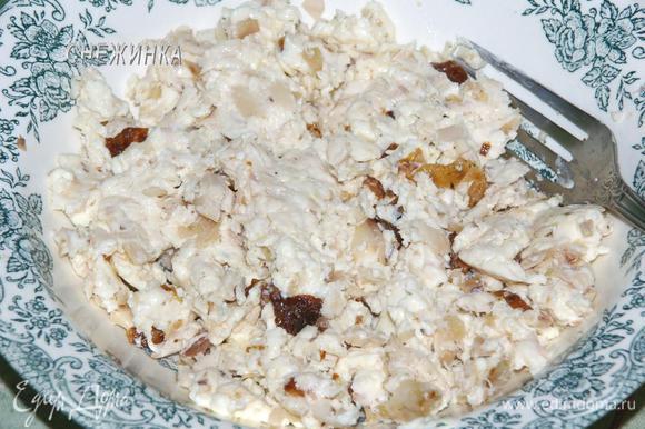 Добавляем плавленый сырок и разминаем вилкой, чтобы курица с сыром стала более-менее однородной массой.