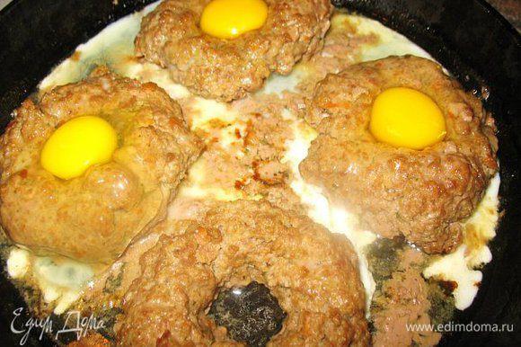 Делаем котлетку из фарша(добавьте любимые специи),а в центре дырку. Выкладываем на разогретую сковородку ,в духовку на 10-15мин.,достаём и вливаем по яйцу в центр.