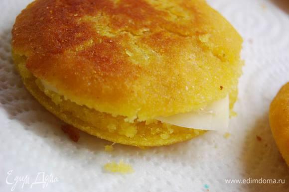 Готовые лепешки выложим на бумажные полотенца - чтобы впитался лишний жир.