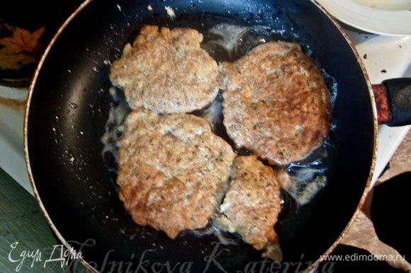 Обвалять еще раз мясо в приготовленной смеси, опустить в предварительно взбитые венчиком яйца. Отправить на сковороду. Обжарить до золотистой корочки.