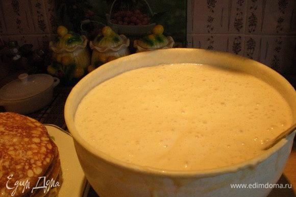 Обратите внимание:сколько блинов на тарелке( их конечно не очень видно)))+3 съели с пылу, с жару)... и сколько ушло на них теста))) Оно всё время будет подниматься и пыхтеть... Снимаю со сковороды и сразу смазываю растопленным сливочным маслом и посыпаю сахаром. А часть блинов оставляю без сахара. Для того, чтобы их поесть с сёмгой, например)))