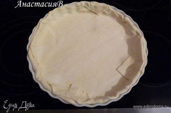 Если тесто замороженое, то по инструкции на упаковке разморозить. Тестом выложить форму (28см). Разогреть духовку до 200°C.