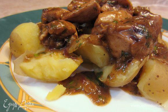 Поломайте картофель на кусочки, выложите на тарелку. Сверху выложите грудку и полейте соусом из сковороды.