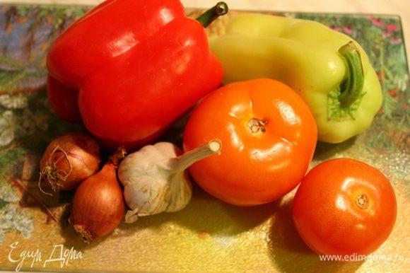 Тем временем приготовим начинку. Можно использовать любые овощи, у меня были тыква, перцы, помидор, лук-шалот, замороженная стручковая фасоль, чеснок, морковь.