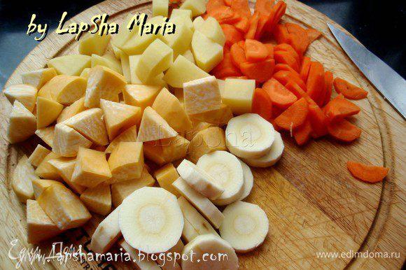 Остальные коренья порезать на кубики или треугольники. Совет: репу, пастернак, брюкву, картофель можно порезать разными фигурами, чтобы понимать что конкретно ешь, поскольку это коренья имеют схожий вкус. Так же картофель следует порезать чуть крупнее остальных корнеплодов, так как он готовиться немного быстрее.