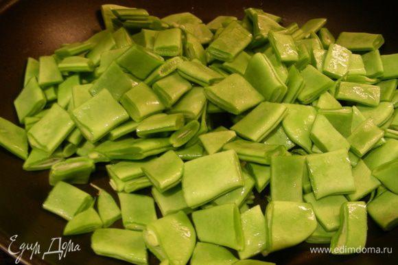 На гарнир я подавала обжаренную зеленую фасоль (не стручковую, у нас она тут разная бывает) с пророщенными ростками фасоли.