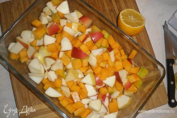 Яблоки и тыкву порезать на маленькие одинаковые кусочки, сложить в форму (у меня 15 на 25 см и высотой 5 см). Полить лимонным соком и присыпать 1 ст лодкой сахара. Если я блоки сладкие сахар лучше не добавлять совсем. Тыква очень сладкая и так.