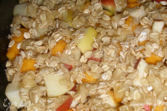 Масло мелко порезать, добавить геркулес, муку, соль, сахар и все изхрубить в крошку. Выложить ее по всей поверхности яблочно-тыквенной смеси. Поставить в духовку, разогретую до 180 градусов на 45 минут, можно и долше, главное чтобы сверху образовалась румяная корочка, а яблоки с тыквой должны кипеть!