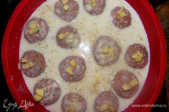 Поместить котлетки в форму для запекания, залить соусом. Выпекать при 180°С, 25 минут.