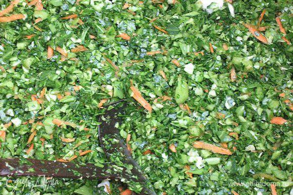 Вот,это оно только натюкано!!!) Потом солится-квасится.... тюкают-капусту изрубить сечкой в кадке очень мелко. ... Крошево-это капуста.Осенью собираются тёмные нижние листья капусты и тюкают,измельчают,добавляю морковь и соль.Затем в бочку и солится(квасится) месяц.Заполненную бочку следует прикрыть промытыми зелеными капустными листьями и чистой белой тканью. Сверху положить деревянный кружок, а на него гнет — тщательно вымытые камни булыжника весом, составляющим примерно 10 процентов к весу капусты.Образующуюся па поверхности рассола пену следует удалять, а края бочки тщательно протирать чистым полотенцем.Когда крошево прокиснет раскладывают по банкам и в холод,подвал,холодильник.Поэтому сама выращиваю капусту,ради этих листьев!!!)