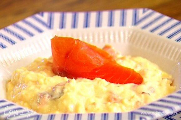 Разложить взбитые яйца в креманки, украсить оставшейся семгой, посыпать укропом.