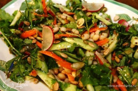 Полить салат заправкой и посыпать семечками.